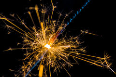 Chuveirinho do fogo de artifício que queima-se no fundo preto, ano novo feliz do partido do cumprimento das felicitações, celebra Imagens de Stock