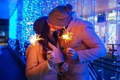 Chuveirinhos ardentes de amor novos dos pares pela iluminação do feriado foto de stock