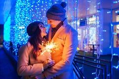 Chuveirinhos ardentes de amor novos dos pares pela iluminação do feriado imagem de stock