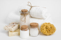 Chuveiro, banheiro e ferramentas e acessórios do bodycare isolados no branco Fotos de Stock