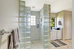 Chuveiro com guarnição do bloco de vidro Fotografia de Stock