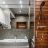 Chuveiro com parede de madeira Imagem de Stock Royalty Free