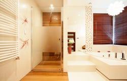 Chuveiro de madeira moderno no banheiro Fotografia de Stock Royalty Free