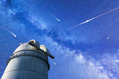 Chuveiro de meteoro de Perseid em 2017 Estrelas de queda Observat da Via Látea fotos de stock royalty free