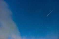 Chuveiro de meteoro verde no céu da estrela azul Fotos de Stock Royalty Free