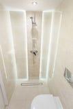 Chuveiro em um banheiro pequeno Fotografia de Stock