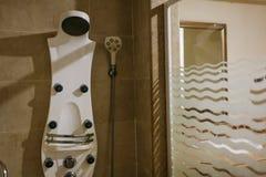 Chuveiro telhado com cabeça da chuva e parede de vidro e espelho no banheiro do hotel foto de stock royalty free