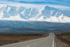Chuya高速公路和山阿尔泰山北部Chuya土坎  免版税库存图片