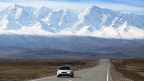 Chuya高速公路,在阿尔泰共和国山北部Chuya土坎的背景  免版税库存图片