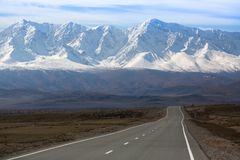 Chuya-Landstraße an der Bergnorden-c$chuyakante, Altai-Berge Stockfotos