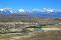 Chuya River Valley i de Altai bergen Royaltyfri Foto