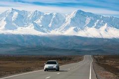 Chuyaweg en de rand van berg noorden-Chuya van Altai-bergen Royalty-vrije Stock Foto's