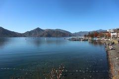 Chuzenji湖和河和山在kawaguchigo与蓝天:日本 免版税库存图片