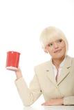 Chávena de café da terra arrendada da mulher de negócio Fotografia de Stock