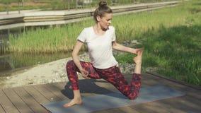 Chwalebnie kobieta robi joga w naturze zbiory wideo