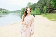 Chwalebnie młoda kobieta w biel sukni Fotografia Stock