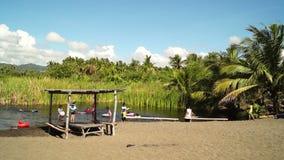 Chwilowy prowizoryczny mała bambusowa chałupa budował wzdłuż dennego brzeg zdjęcie wideo