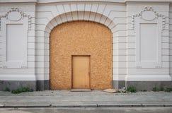 Chwilowy wejściowy drzwi, drewniany drzwi na pięknym budynku obraz royalty free