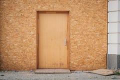 Chwilowy wejściowy drzwi, drewniany drzwi robić chipboard fotografia royalty free