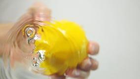Chwyt cytryna od wody zbiory wideo