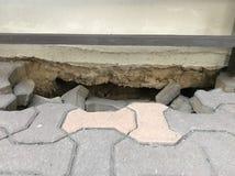 Chwyt pod budynkiem od landslice Zdjęcia Royalty Free
