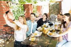 Chwytać przyjaźń momenty Na Smartphone obraz royalty free
