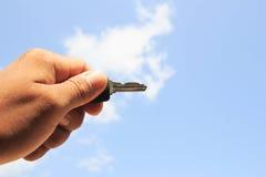 Chwyta klucz w niebie Obraz Royalty Free