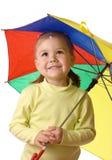 chwytających dziecka ślicznych raindrops parasolowy poniższy Zdjęcia Royalty Free