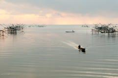 Chwytająca ryba z fishnet na talanoi, pattalung Tajlandia Zdjęcia Stock