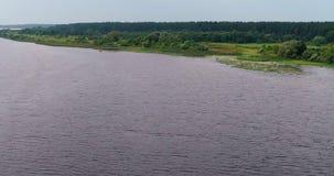 Chył Volga rzeczny widok z lotu ptaka od latającego quadcopter nad lasem zdjęcie wideo