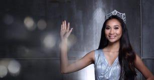 Chybienie widowiska konkurs w Evening Balowej togi suknię z Diamentowym Cro Fotografia Royalty Free