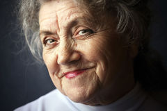 Chytra i uśmiechnięta babci twarz Obrazy Stock