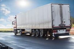 Ciężarówka iść na autostradzie wschód słońca obrazy royalty free