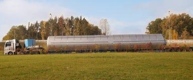 Ciężarówka z specjalny naczepa dla odtransportowywać dużych rozmiarów ładunki Ogromny ładunek, tęsk ładunku lub convoi exceptionn obrazy royalty free