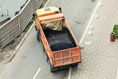 Ciężka przemysłowa usyp ciężarówka rozładowywa gorącego asfalt Miasta budowa drogi i odnowienia miejsce zdjęcie stock