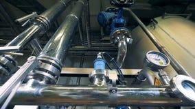 Ciśnieniowy system destylarni jednostka z drymbami i wymiernikami zbiory wideo