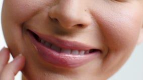 Ciérrela para arriba en los labios de la mujer que sonríe