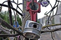 Ciérrese bajo la forma de pistón en un árbol Imagen de archivo libre de regalías