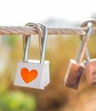 Ciérrese con símbolo del corazón en el puente de cuerda como promesa del amante fotos de archivo libres de regalías