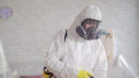 Ciérrese del exterminador limpia con un espray