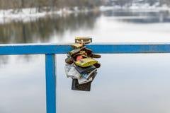Ciérrese en amor Cerraduras coloreadas en el puente sobre el río Fotografía de archivo libre de regalías