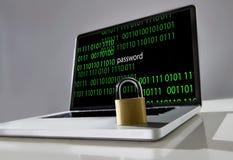 Ciérrese en el teclado del ordenador portátil del ordenador con el texto del código binario y de la contraseña en la pantalla en  Fotos de archivo libres de regalías