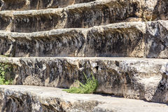 Ciérrese en las escaleras viejas de la reflexión sana Fotos de archivo
