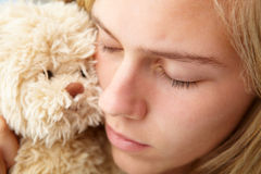 Ciérrese encima de adolescente con el juguete mimoso Fotos de archivo