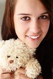 Ciérrese encima de adolescente con el juguete mimoso Fotografía de archivo