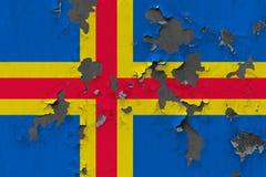 Ciérrese encima de bandera sucia, dañada y resistida de las islas de Aland en la pared que pela de la pintura para ver superficie ilustración del vector