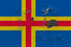 Ciérrese encima de bandera sucia, dañada y resistida de las islas de Aland en la pared que pela de la pintura para ver superficie libre illustration