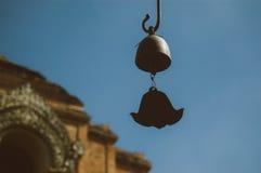 Ciérrese encima de Bell vieja que tintinea estilo tailandés de los carillones de viento imagenes de archivo