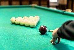 Ciérrese encima de bola de billar en la tabla de billar Imagen de archivo libre de regalías