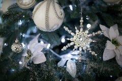 Ciérrese encima de bolas del árbol de Navidad Foto de archivo libre de regalías